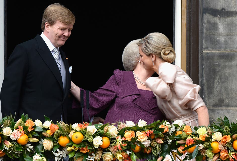 Otra instantánea, del cálido saludo que brindaron los flamantes reyes de Holanda y la ahora princesa Beatriz. Foto: /Getty Images