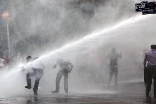 Tras dos semanas, continúa la represión a los manifestantes que protestan contra el primer ministro en Estambul y Ankara. Foto: AP