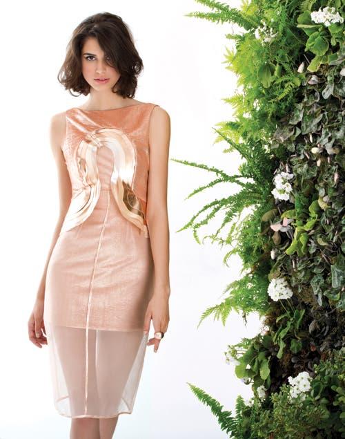 Efecto velado:vestido en lurex de seda con recortes de cuero metalizado, y falda velada de organza de seda natural (Consultar precio, Zitta). Maxianillo ($430, Fahoma).