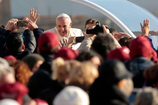 El papa Francisco, de recorrida por el Vaticano tras la audiencia general. Foto: Reuters