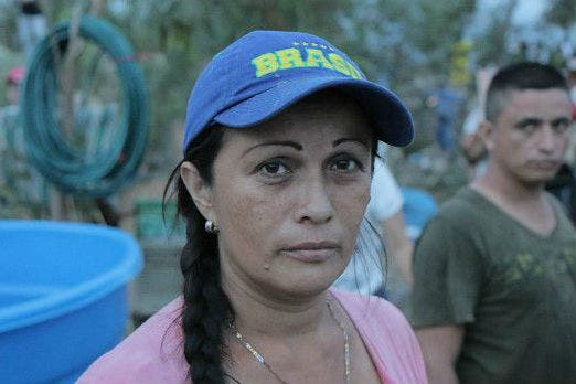 El dramático éxodo de los colombianos que abandonan Venezuela con todas sus pertenencias a cuestas
