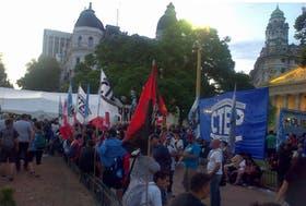 Militantes instalaban las carpas en la Plaza de Mayo
