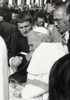 Alois Estermann, el jefe de la Guardia Suiza, ayuda al Pontífice herido, segundos después de que recibiese un disparo . Foto: Archivo