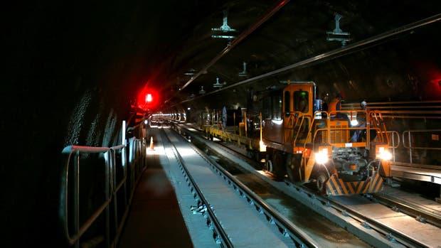 Un tren viaja a lo largo de un túnel en una estación de subte en construcción donde se produjo el hallazgo