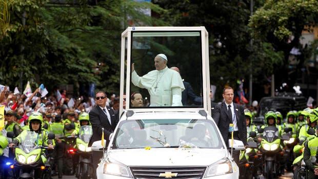 Francisco se golpeó la cabeza en el Papamóvil al llegar a Cartagena de Indias