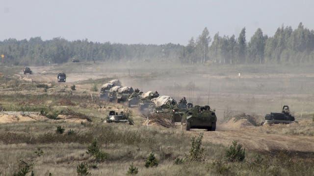 Un convoy militar llega a un sitio no identificado en Belarús, el lunes pasado