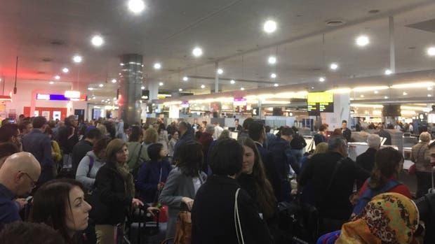 Caos en los aeropuertos de Europa: se cayó el sistema de check-in y hay miles de pasajeros varados