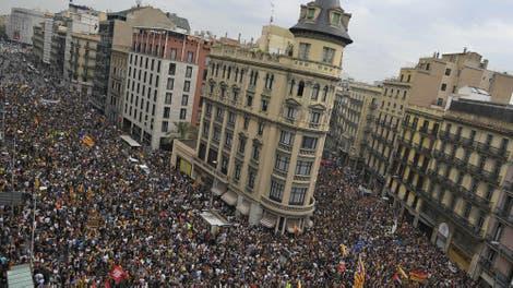 Máxima tensión en Cataluña: piquetes, marchas y presión a la Policía en el inicio de la huelga general
