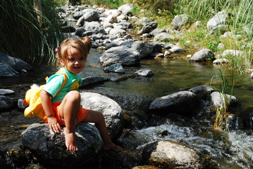 Los arroyos cordobeses suelen hacer la diversión de los más chicos.