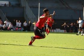 Sergio Agüero festeja su primer gol; al costado, los defensores de Racing, impotentes, en el primer tanto; después, llega la segunda conquista