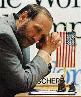 Fischer y la bandera norteamericana, en el match contra Spassky, en 1992