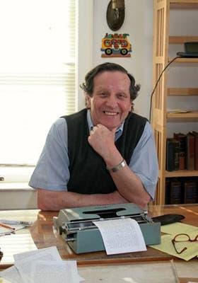 Luis Harss en su estudio