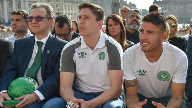 Los jugadores escuchan al Papa en la plaza San Pedro