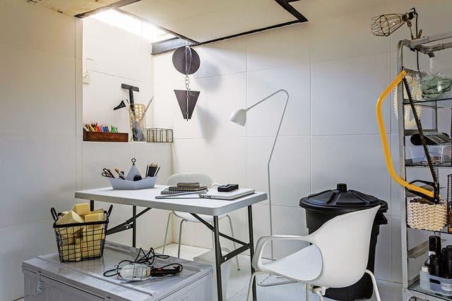 El acceso de luz es a través de una abertura, ubicada debajo de la ventana del living que da al frente