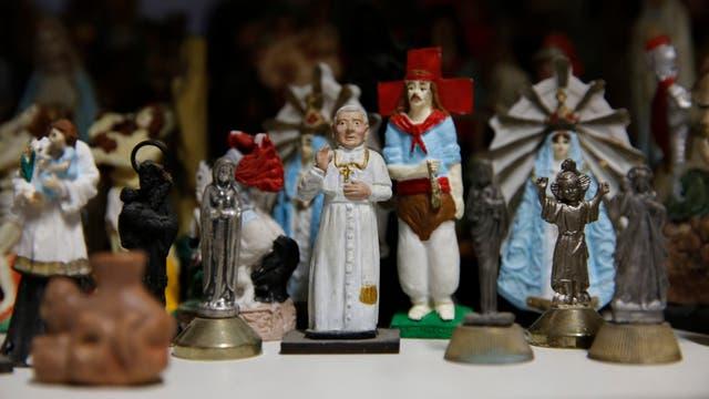 Parte de la colección de representaciones de santos que guardaba en su taller