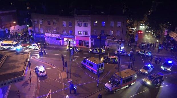 Agentes de policía acordonaron la zona del incidente, en Finsbury Park