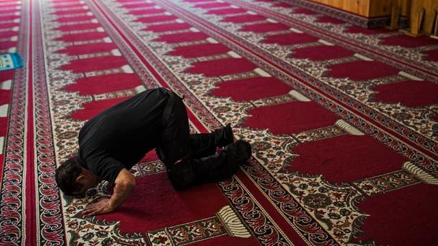 Un hombre reza en una mezquita de Ripoll