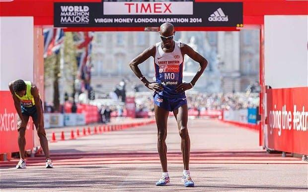 Farah, tras cruzar la meta en la maratón de Londres pasada.