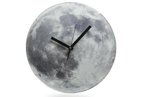 Para románticas, un reloj en la Luna... y hasta se ilumina de noche!. Foto: Decoesfera