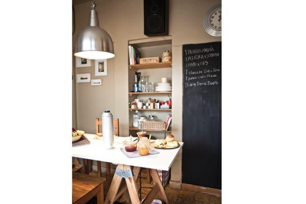 Nada más simple que una mesa con caballetes para que funcione como isla y desayunador.. Foto: Foto: Victoria Schiopetto