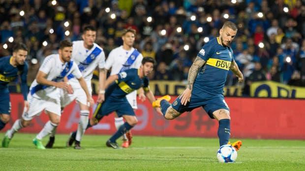 Darío Benedetto ejecuta el penal ante Guillermo Brown, por Copa Argentina