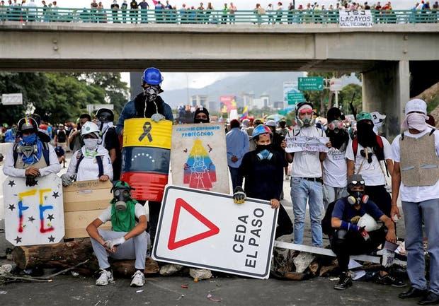 Los opositores de Maduro volvieron a bloquear ayer los accesos a Caracas