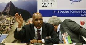 Milton Coleman, el nuevo presidente de la SIP, rodeado por Julio Muñoz y Gustavo Mohme, en la reunión de Lima