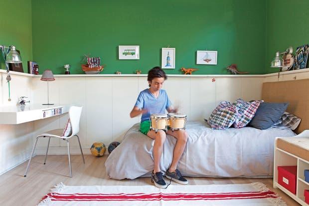 Sommier con respaldo de arpillera (Virginia Calvo), funda de edredón ($1.100), almohadones cuadrillé ($120, todo de Arredo), lámpara de escritorio (Iluminación Agüero) y alfombra de lana (Z Market).  /Javier Picerno