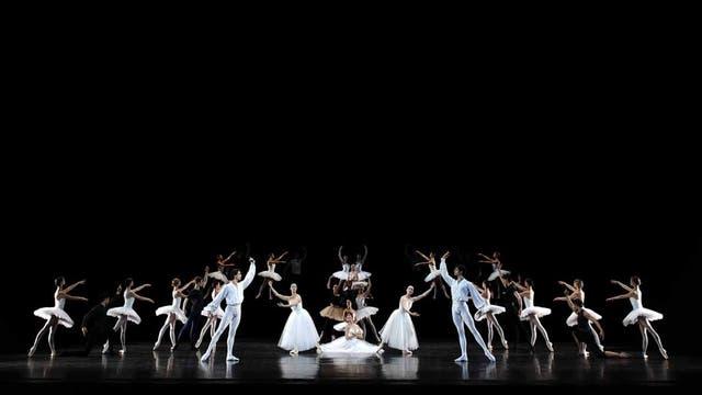 """Bailarines del Ballet de la Ópera de París interpretan una escena de """"Suite en blanc"""" en una prueba de vestuario antes de la noche de estreno en el David H. Koch Theater del Lincoln Center Festival, en NY"""
