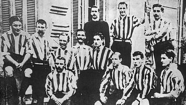 Alumni, el primer club del fútbol argentino, eligió los colores blanco y colorado por el primer partido que se eligió