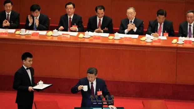 Xi se toma un respiro durante su discurso de más de tres horas en la apertura del XIX Congreso del Partido Comunista