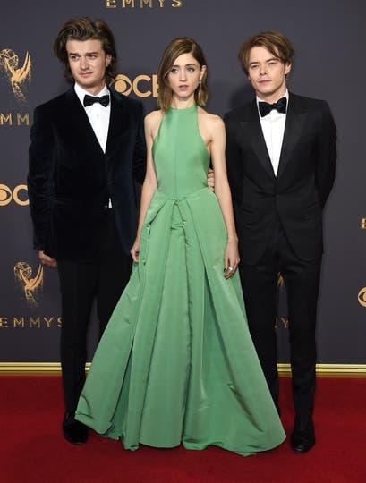 Joe Keery, Natalia Dyer y Charlie Heatonde, de Stranger Things. Foto: AP