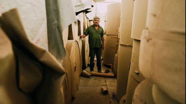 Michelle Daiana Gentile una poderosa serie a través de diez días de trabajo con trabajadores de una antigua fábrica de papel en Argentina.