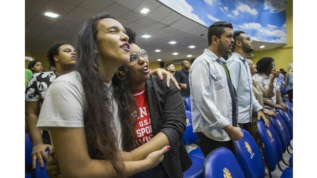 Elizabeth Cristina, 24 y Anna Bomfim, 26, que son pareja participan en el servicio dominical