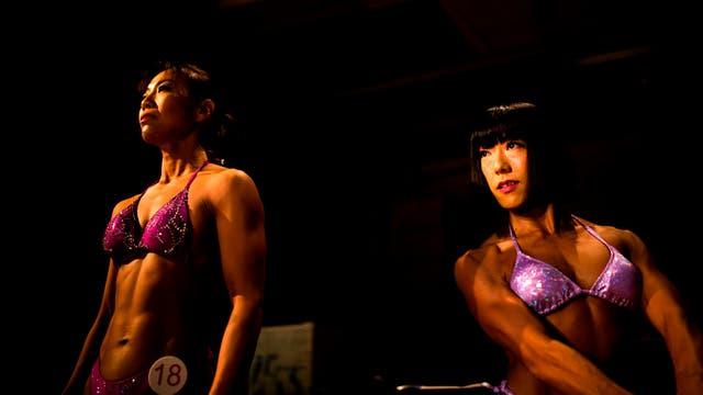 Yukiko Yuasa y Junko Hattori esperan para subir al escenario durante el campeonato de culturismo de Japón, en Tokio