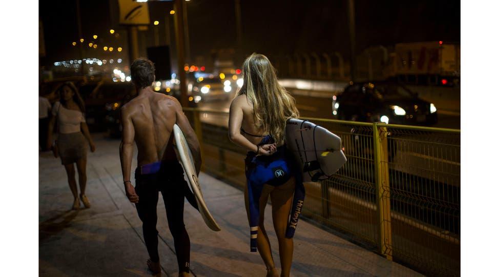 La Pampilla es la segunda playa de América Latina preparada para el surf nocturno, la otra es Arpoador, uno de los puntos más importantes de Río de Janeiro, cuenta con luces artificiales desde 1989. Foto: AP / Rodrigo Abd