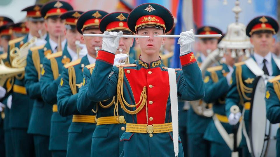 Putin desplegó todo el poderío de sus fuerzas armadas y celebró, como todos los 9 de mayo, el Día de la Victoria en la Plaza de Roja. Foto: Sergei Chirikov-Pool photo vía AP