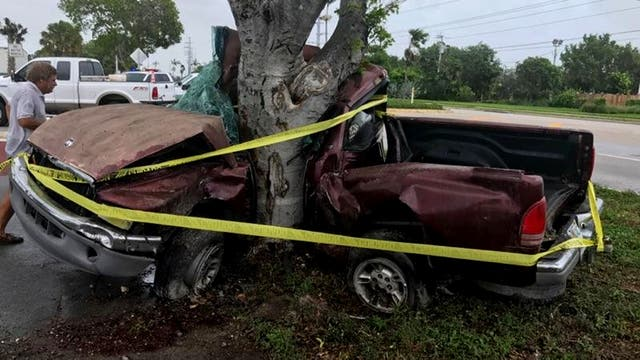 La furia con la que el agua avanzó sobre la ciudad arrasó con todo a su paso; una camioneta terminó doblada contra un árbol