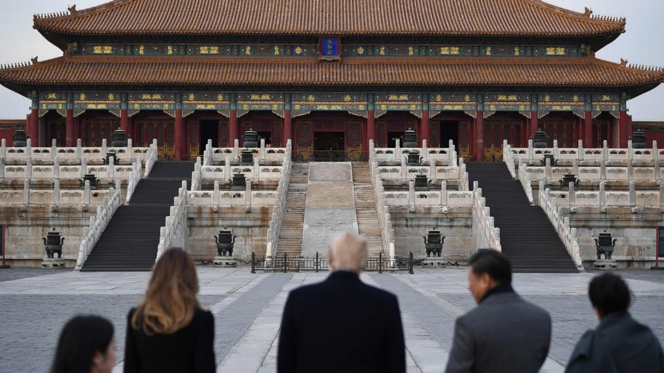 Donald Trump, la primera dama Melania Trump, el presidente de China Xi Jinping y su esposa Peng Liyuan miran la Ciudad Prohibida en Beijing. Foto: AFP / Jim Watson