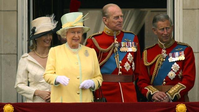 Junto a sus padres y su hermana en el balcón del Palacio de Buckingham en junio de 2004
