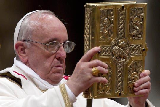 El Papa encabezó la vigilia pascual en el Vaticano; una de las ceremonias más simbólicas de la Semana Santa. Foto: EFE