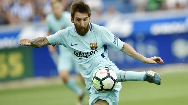 Messi cruza el zurdazo que será uno de sus goles en el 2-0 de Barcelona sobre Alavés; antes le habían atajado un penal