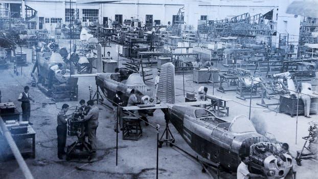 La Fabrica Argentina de Aviones en Córdoba. La linea de producción del B45 Mentor en 1960. Foto: Archivo