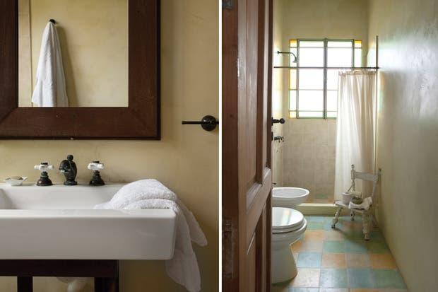 En el baño de los chicos, el piso calcáreo en verde y ámbar dialoga con la amplia ventana de hierro repartido cuyos laterales coloreados remiten a las antiguas mamparas de zaguán..