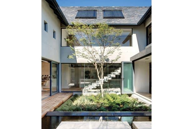 Plegables o corredizas, las puertas-ventana de vidrio dejan a los interiores en contacto permanente con el bien pensado patio central..