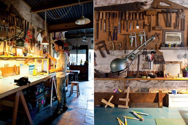 Llegamos al taller desde la cocina. La lámpara Jieldé (iniciales del diseñador francés Jean-Louis Domecq), un clásico del diseño del siglo XX, y que Gerardo compró, una vez más, en uno de los tantos remates por internet..