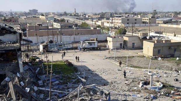 Un grupo de soldados del Ejército camina dentro del complejo gubernamental, que fue reocupado por parte de militantes del Estado Islámico (EI), en Ramadi, Irak