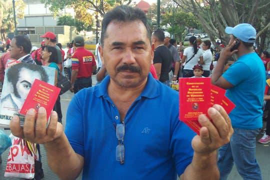 Las Constituciones de bolsillo se vendían a 10 bolívares. Foto: LA NACION / Juan Pablo De Santis