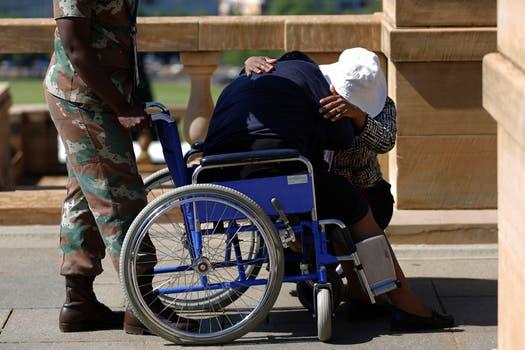 Una mujer es consolada luego de salir de la Sede de Gobierno. Foto: AP