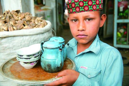 La hora del té. Infusión al paso en las calles de Karachi, Paquistán.